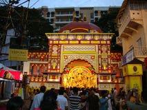 Eifrige Anhänger treten nahe einem hinduistischen Tempel zusammen Stockbild
