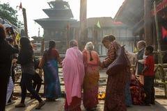 Eifrige Anhänger treten während Indra Jatra-Festivals in Kathmandu, Nepal zusammen lizenzfreies stockbild