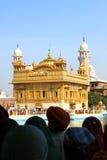 Eifrige Anhänger und goldener Tempel Stockbild