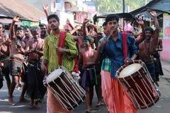 Eifrige Anhänger von Lord Ayyappa führen 'Erumeli Petta Thullal' durch stockfotografie