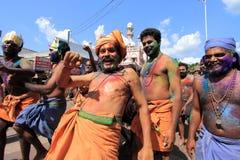 Eifrige Anhänger von Lord Ayyappa führen 'Erumeli Petta Thullal' durch stockbild