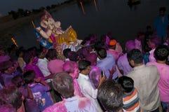Eifrige Anhänger, welche die Statue von Lord Ganesha während Festivals Ganesha Chaturthi carying sind Lizenzfreies Stockbild