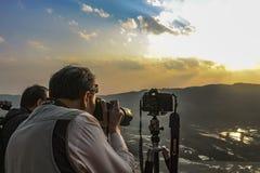 Eifrige Fotografen, die senset Fotos der Reisterrassen bei Bada Yuanyang machen lizenzfreies stockfoto