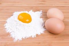 Eigelb des Eies der Haushennen und des Weizenmehls Stockfotos