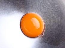 Eigelb in einem metallischen Topf Stockfotos