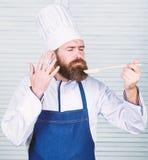 Eigen zaken Gebaarde mensenkok in culinaire keuken, Het op dieet zijn en natuurvoeding, vitamine Chef-kokmens in hoed Geheime sma royalty-vrije stock foto