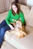 Eigenaar die haar hond kammen Royalty-vrije Stock Afbeeldingen