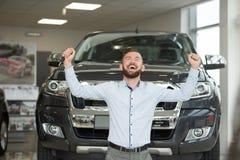 Eigenaar die van dure jeep, handen omhoog houden glimlachen royalty-vrije stock foto