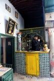 Eigenaar van koffiewinkel binnen in Kairouan, Tunesië royalty-vrije stock afbeeldingen