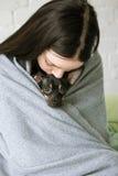 Eigenaarvriendschap met klein puppy stock afbeeldingen
