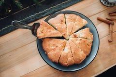 Eigengemaakt appeltaartdessert op een houten lijstclose-up Hoogste mening met exemplaarruimte stock foto