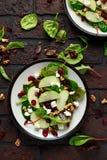 Eigengemaakt Autumn Apple Cranberry Salad met okkernoot, feta-kaas en groenten stock foto