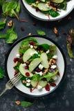 Eigengemaakt Autumn Apple Cranberry Salad met okkernoot, feta-kaas en groenten stock fotografie