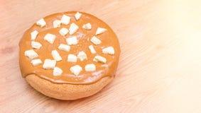 Eigengemaakt baksel Pastei met karamel wordt behandeld die Stukken van witte poreuze chocolade Stock Fotografie