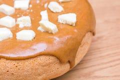 Eigengemaakt baksel Pastei met karamel wordt behandeld die Stukken van witte poreuze chocolade Stock Foto