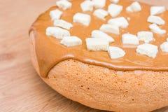 Eigengemaakt baksel Pastei met karamel wordt behandeld die Stukken van witte poreuze chocolade Royalty-vrije Stock Foto's