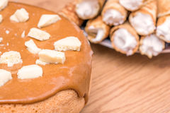 Eigengemaakt baksel Pastei met karamel wordt behandeld die Stukken van witte poreuze chocolade Royalty-vrije Stock Fotografie