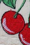 Eigengemaakt borduurwerk op canvas - rode kers stock fotografie