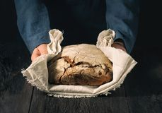 Eigengemaakt brood in de handen royalty-vrije stock fotografie