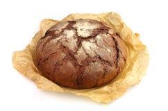 Eigengemaakt brood in een pergamentdocument Stock Fotografie