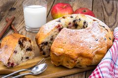 Eigengemaakt cake, fruit en glas verse melk stock fotografie
