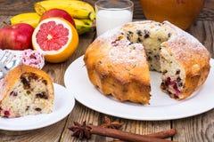 Eigengemaakt cake, fruit en glas verse melk royalty-vrije stock foto