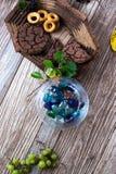 Eigengemaakt cakesvoedsel in een houten schotel royalty-vrije stock fotografie