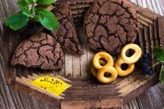 Eigengemaakt cakesvoedsel in een houten schotel royalty-vrije stock afbeelding