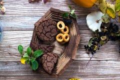 Eigengemaakt cakesvoedsel in een houten schotel royalty-vrije stock afbeeldingen