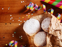 Eigengemaakt Carnaval Donuts op papier op Lijstbovenkant royalty-vrije stock afbeeldingen
