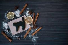 Eigengemaakt de peperkoekkoekje van Halloween op houten lijst Stock Foto