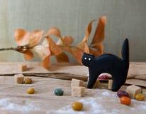 Eigengemaakt de peperkoekkoekje van Halloween op lijst Stock Foto