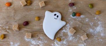 Eigengemaakt de peperkoekkoekje van Halloween op lijst Royalty-vrije Stock Foto's