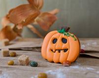 Eigengemaakt de peperkoekkoekje van Halloween op lijst Stock Foto's