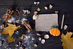 Eigengemaakt de peperkoekkoekje van Halloween op lijst met lege nota Royalty-vrije Stock Foto's