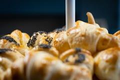 Eigengemaakt die Croissant met zalm wordt gevuld stock afbeelding