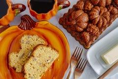 Eigengemaakt die pompoenbrood in decoratieve pan wordt gemaakt stock foto's