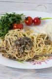 Eigengemaakt diner Spaghetti met champignons stock foto's