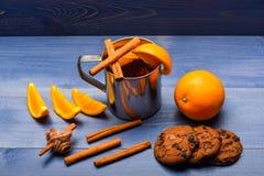 Eigengemaakt drankconcept Drank of drank met sinaasappel en kaneel Mok met overwogen wijn of hete cider dichtbij sinaasappel en Stock Fotografie