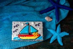 Eigengemaakt eigengemaakt peperkoekkoekje in de vorm van een boot op de donkere donkere houten achtergrond Royalty-vrije Stock Fotografie