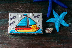Eigengemaakt eigengemaakt peperkoekkoekje in de vorm van een boot op de donkere donkere houten achtergrond Royalty-vrije Stock Foto's