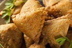 Eigengemaakt Fried Indian Samosas Royalty-vrije Stock Foto