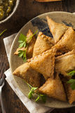 Eigengemaakt Fried Indian Samosas Royalty-vrije Stock Fotografie