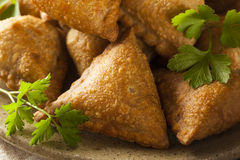 Eigengemaakt Fried Indian Samosas Stock Foto