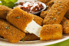 Eigengemaakt Fried Mozzarella Sticks Stock Afbeelding