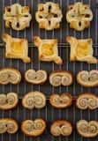 Eigengemaakt Gastronomisch Deens bladerdeeg die op dark van het draadnetwerk koelen Royalty-vrije Stock Foto's