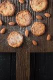 Eigengemaakt gebakje Amandelkoekjes en ruwe amandelen op geribbeld eiken BO Royalty-vrije Stock Afbeelding
