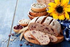 Eigengemaakt geheel korrelbrood met zonnebloemzaden en droge Amerikaanse veenbessen royalty-vrije stock foto