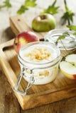 Eigengemaakt gelaagd dessert met appelen royalty-vrije stock fotografie