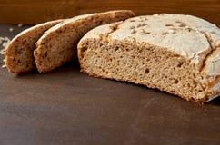 Eigengemaakt gesneden smakelijk vers brood op de houten achtergrond klaar te eten Gebakken enkel smakelijk brood op de bruine lij Royalty-vrije Stock Afbeeldingen